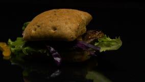 La hamburguesa se cocina en la tabla metrajes