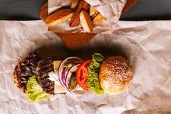 La hamburguesa se descompuso en sus componentes Fotografía de archivo libre de regalías