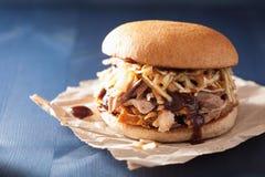 La hamburguesa tirada hecha en casa del cerdo con ensalada de col y el Bbq sauce Foto de archivo