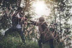 La hausse de coup de main obtiennent l'ami d'aide de l'homme dans un situ dangereux image stock