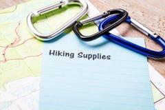 La hausse fournit le concept de liste sur le carnet et le conseil en bois Photo stock