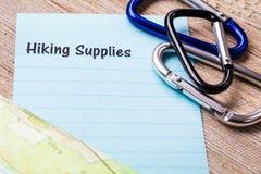 La hausse fournit le concept de liste sur le carnet et le conseil en bois Image stock