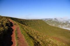 La hausse le long du chemin d'arête dans le Brecon balise le parc national Images libres de droits