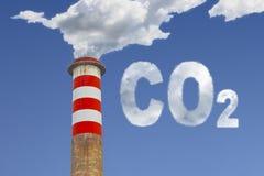 La haute cheminée concrète émet le CO2 dans l'atmosphère - le concept im Photos stock