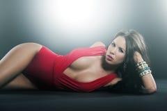 La haute couture a tiré de la femme dans la lingerie de rouge d'une seule pièce Photos libres de droits