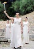 La haute prêtresse, la flamme olympique pendant l'éclairage de torche cere Images libres de droits