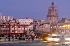 La Havane au coucher du soleil avec des lumières de traînée du trafic et à une vue du capitol Photographie stock
