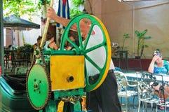 LA HAVANE, CUBA - 9 AOÛT : Machine manuelle de vintage utilisée pour préparer Photographie stock libre de droits