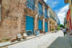 LA HAVANE, CUBA - 15 AOÛT 2016 Vieille rue de La Havane avec la voûte typique photos stock