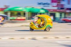 LA HAVANE, CUBA - 30 AOÛT 2015 : Voitures de Cocotaxi utilisées Photographie stock libre de droits