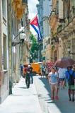 LA HAVANE, CUBA 9 AOÛT 2016 : Vue du groupe de personnes marchant dedans Images libres de droits