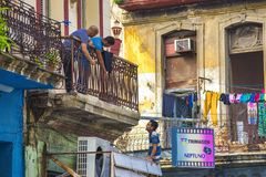 LA HAVANE, CUBA - 4 DÉCEMBRE 2015 : Scène urbaine avec le colonial coloré b Images libres de droits