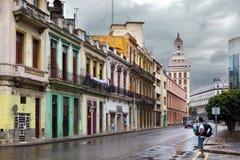 LA HAVANE, CUBA 27 JANVIER 2013 : touristes sur la rue de vieille La Havane Photos libres de droits