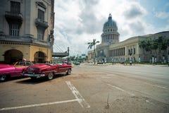 LA HAVANE, CUBA - 8 JUILLET 2016 Voitures américaines classiques de vintage, COMM. Image stock