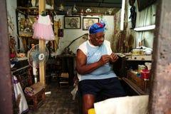 La Havane, Cuba, le 31 mai 2016 : Dame âgée ficelant des perles comme affaires photographie stock