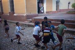 LA HAVANE, CUBA - 3 NOVEMBRE 2012 : Jeu d'enfants ensemble et course autour d'une grande foule sur les rues au Cuba Image libre de droits