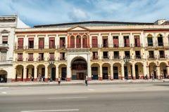 LA HAVANE, CUBA - 22 OCTOBRE 2017 : Havana Cityscape avec de vieux véhicules, architecture Photos libres de droits