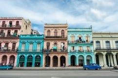 LA HAVANE, CUBA - 22 OCTOBRE 2017 : Havana Cityscape avec de vieux véhicules, architecture Image stock