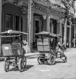 LA HAVANE, CUBA 29 octobre - les hommes colportent des taxis de vélo par les rues de La Havane, le 29 octobre 2015 - image stock