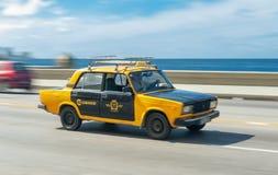 LA HAVANE, CUBA - 20 OCTOBRE 2017 : Vieille voiture mobile dans Malecon, La Havane cuba Taxi public Véhicule de Lada Photos libres de droits