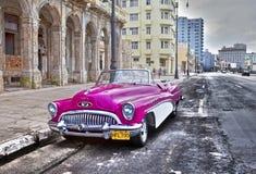 LA HAVANE 27 JANVIER 2013 : Cinquantième années de vieille rétro voiture américaine du siècle dernier, une vue iconique dans la v Image libre de droits