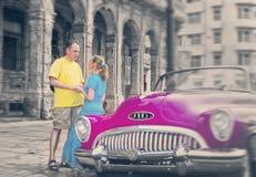 LA HAVANE 27 JANVIER 2013 : Les couples affectueux s'approchent des cinquantième années de vieille rétro voiture américaine du si Photographie stock