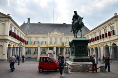 La Haya, Países Bajos - 8 de mayo de 2015: PA de Noordeinde de la visita de la gente Imagen de archivo