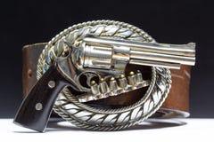 La hebilla hecha del metal talló en el arma El arma Fotografía de archivo
