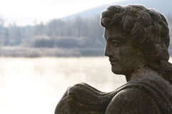 La helada blanca cubrió la escultura de piedra imágenes de archivo libres de regalías