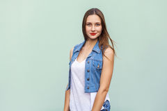 La hembra adolescente blanda y linda con tímido se desmaya sonrisa, pecas y y limpia la piel que mira la cámara y la presentación Fotos de archivo