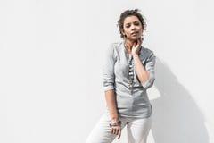 La hembra adolescente de moda agradable está presentando temptingly Imagen de archivo