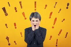 La hembra chocada guarda las manos en mejillas y la boca abierta, recibe las malas noticias, marcas de exclamación como diversos  libre illustration