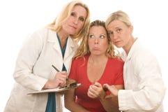La hembra cuida la ropa médica paciente Imágenes de archivo libres de regalías