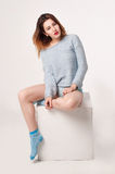La hembra en azul blousen, las bragas y los calcetines Fotografía de archivo