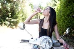 La hembra joven disfruta de un paseo de la motocicleta Imagen de archivo libre de regalías