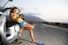 La hembra joven disfruta de un viaje de la motocicleta Imagen de archivo libre de regalías