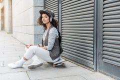 La hembra joven elegante está pasando tiempo al aire libre Imagen de archivo
