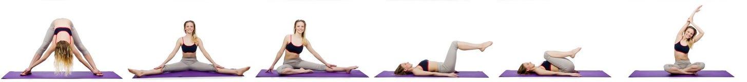 La hembra joven que hace ejercicios en blanco imagenes de archivo