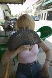 La hembra, Leslie Plimpton, sonríe con la fan española en Palos de la Frontera, España Imagen de archivo