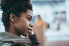 La hembra negra joven está mirando a un lado, retrato Imágenes de archivo libres de regalías