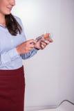 La hembra profesional se está encendiendo encima de una vela Fotografía de archivo libre de regalías