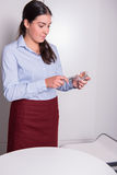 La hembra profesional se está encendiendo encima de una vela Imagen de archivo libre de regalías