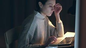 La hembra se cay? dormido en la noche para la licencia el ordenador encendido almacen de metraje de vídeo