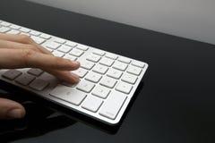 La hembra utiliza el telclado numérico del teclado Foto de archivo