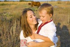 La hermana abraza al pequeño hermano Fotos de archivo libres de regalías