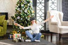 La hermana que prueba los vidrios de la realidad virtual acerca al árbol del Año Nuevo Fotografía de archivo libre de regalías