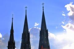 La hermosa vista de la catedral remata en backgroound soleado de las nubes del cielo azul y del blanco Uppsala, Suecia Fondos her imágenes de archivo libres de regalías