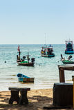 La hermosa vista de los barcos del pescador amarró en la playa del fisherm fotografía de archivo