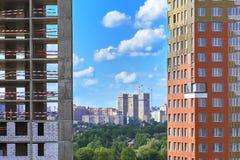 La hermosa vista de los edificios modernos de Moscú se abre entre dos edificios bajo construcción Imágenes de archivo libres de regalías