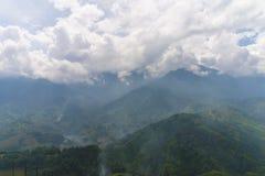 La hermosa vista de montañas contiene campos colgantes Imágenes de archivo libres de regalías